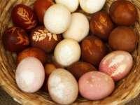 A környezetbarát húsvéti készülődés része, hogy a tojásokat természetes anyagokkal festjük színesre.