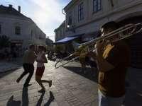 Fergeteges hangulatú szabadtéri koncerttel köszöntik az újraindulást Pécsen